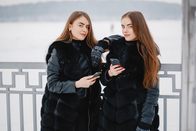 Chicas en un parque de invierno Foto gratis