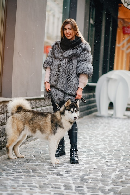 Chicas con perro Foto gratis