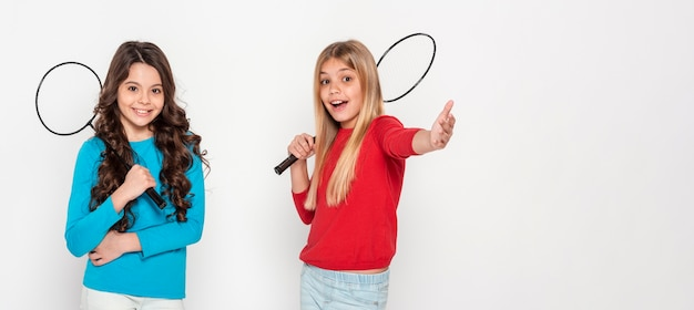 Chicas con raquetas de tenis Foto gratis