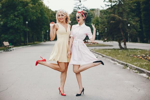 Chicas retro en un parque Foto gratis