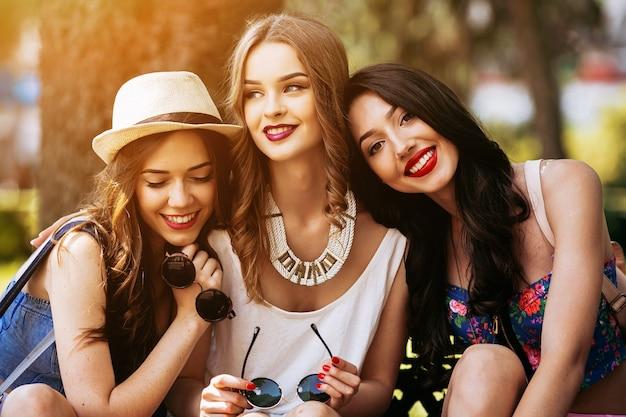 Chicas sonriendo en el parque al atardecer Foto gratis