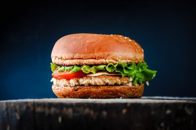 Chickenburger apetitoso hecho en casa en fondo negro. Foto Premium