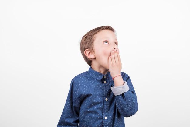 Chico aburrido en camisa azul Foto gratis