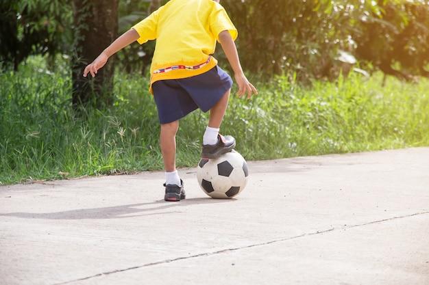 Chico Asiatico Jugando Al Futbol Viejo En La Calle Los Ninos Juegan
