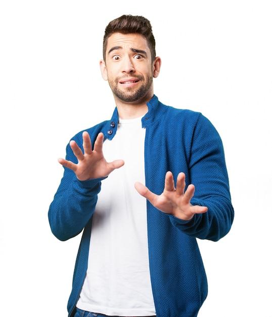 950460d88a174 Chico con chaqueta azul asustado