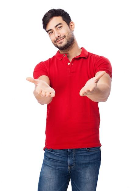 Chico feliz con las manos abiertas sobre fondo blanco Foto Gratis