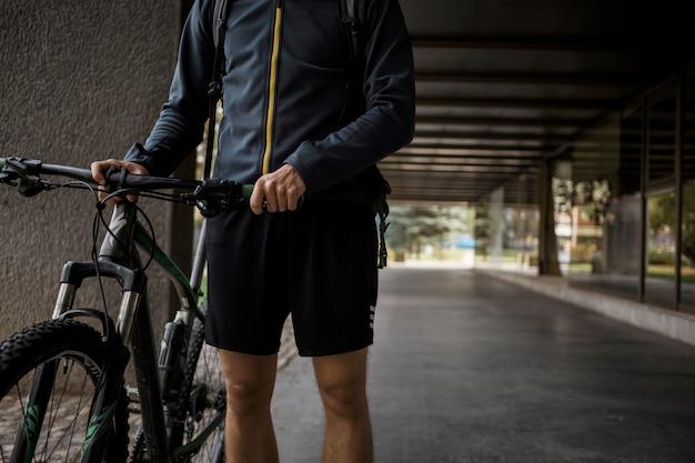 Chico fitness con bicicleta Foto gratis