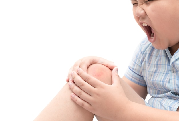 Chico gordo obeso que sufre de dolor de rodilla aislado sobre fondo blanco, problema saludable Foto Premium