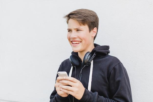 Chico joven con tel fono en la calle descargar fotos gratis - Regalos chico joven ...