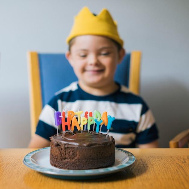 Chico lindo celebrando su cumpleaños Foto Premium