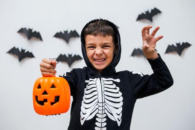 Chico lindo en disfraz de halloween asustando pose. Foto Premium