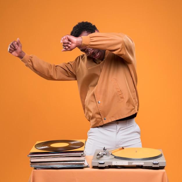 Chico negro posando con vinilos Foto gratis
