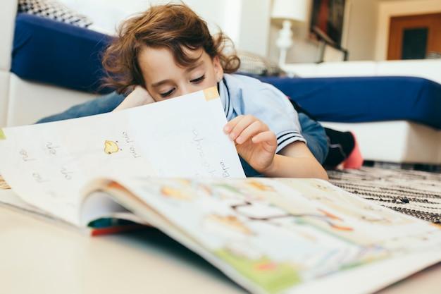 Chico pasando las páginas del libro de texto | Descargar Fotos gratis
