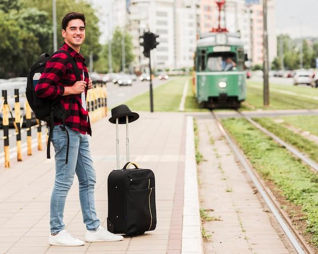 Chico viajando solo por el mundo Foto gratis
