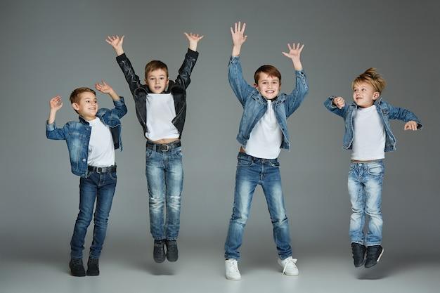 Chicos jóvenes saltando Foto gratis