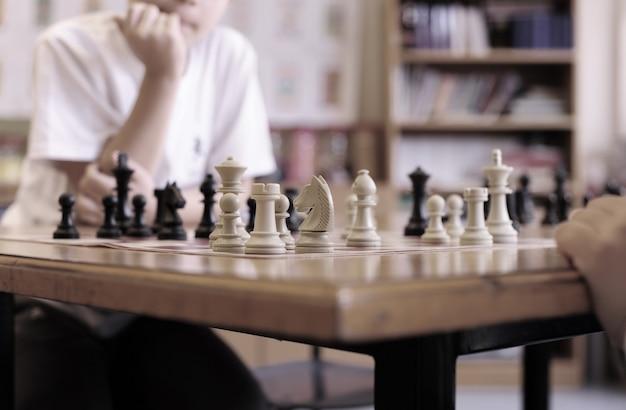 Chicos jugando al ajedrez en la escuela Foto Premium