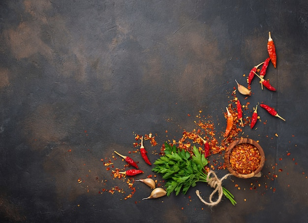 Chiles rojos, ajo y perejil. Foto Premium