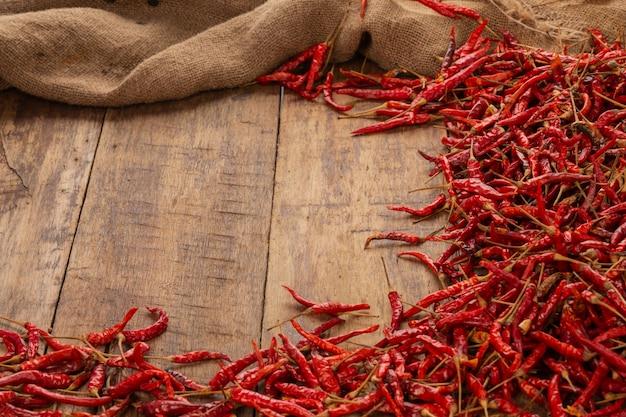 Chiles secos rojos que se apilan en la tabla. Foto gratis
