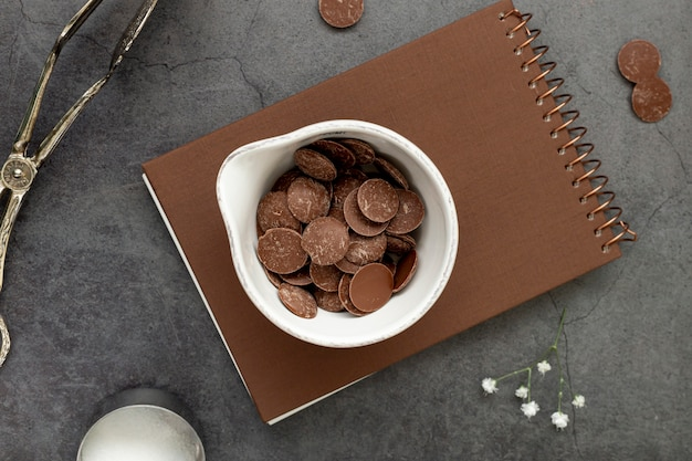 Chips de chocolate en un cuaderno marrón Foto gratis