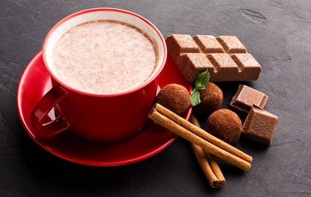 Chocolate caliente con palitos de canela Foto gratis
