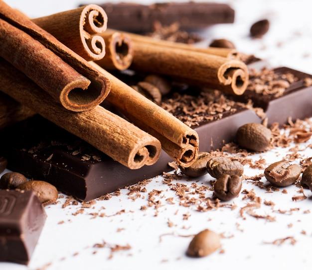 Chocolate con canela y granos de café. Foto gratis