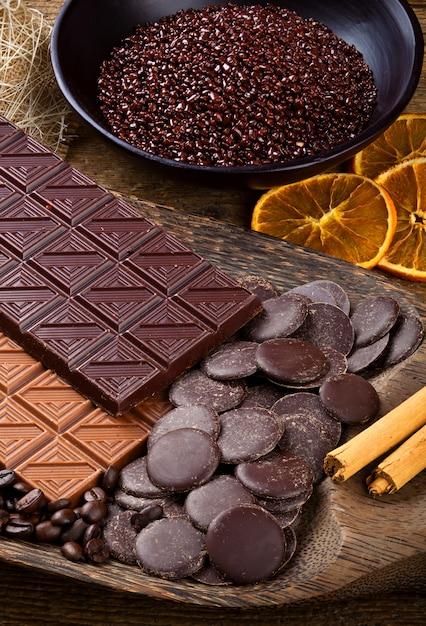 Chocolate con rodajas secas de rodajas de naranja y canela. Foto Premium