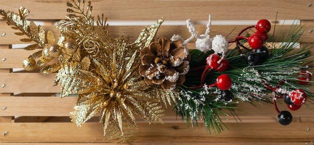 Chrismas brillante pancarta decorativa en madera con ramas de abeto y flor dorada Foto Premium