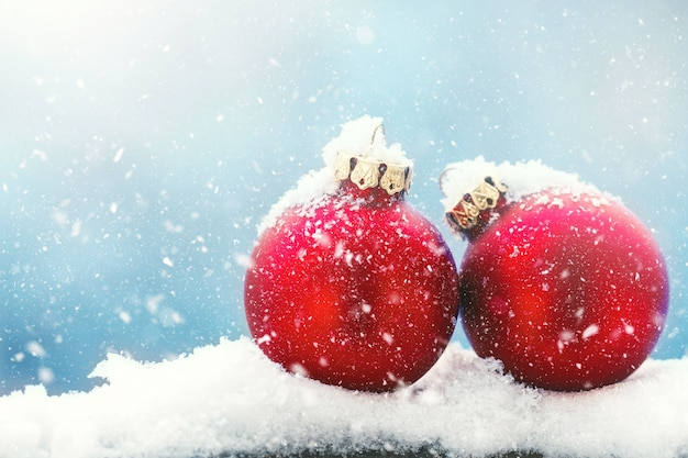 chucher as o decoraciones de la navidad en una nieve en un. Black Bedroom Furniture Sets. Home Design Ideas