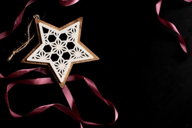 Chucherías de plata de oro del deco de la navidad hermosa en fondo del negro oscuro. Foto Premium
