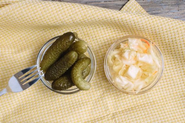 Chucrut y pepinos en vinagre Foto Premium