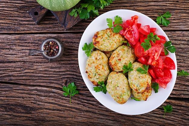 Chuleta de pollo con ensalada de calabacín y tomate Foto gratis