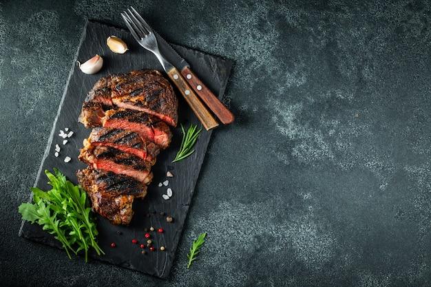 Chuletón de buey a la plancha con pimienta y ajo. Foto Premium