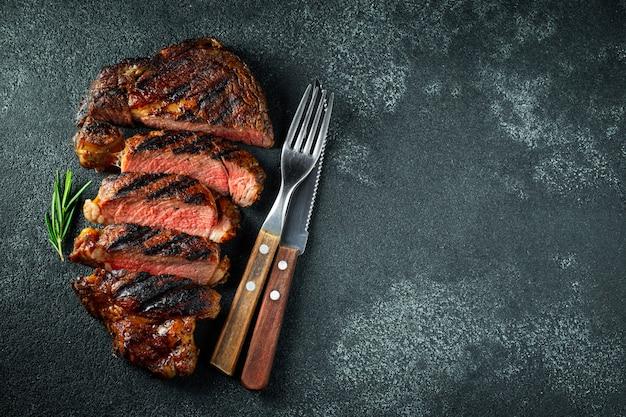 Chuletón, a la plancha con pimienta y ajo. Foto Premium