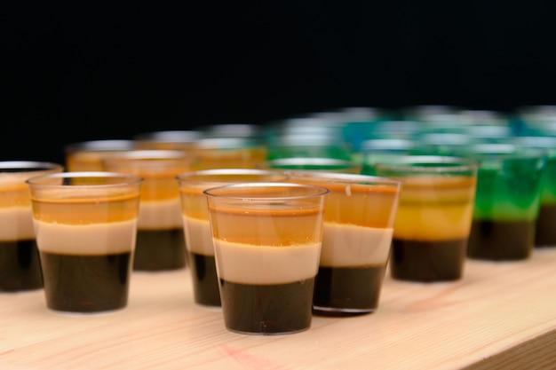 Chupitos de jalea de alcohol, fiesta divertida, chupitos en capas Foto Premium