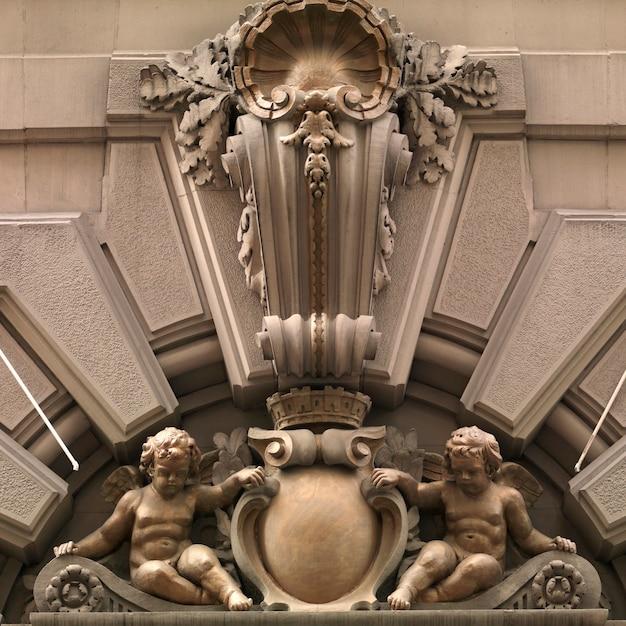 Churebs tallados en fachada de un edificio en manhattan, new york city, usa Foto Premium