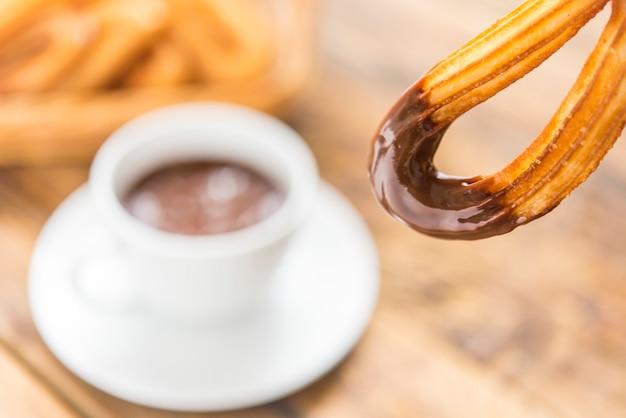 Churros con chocolate típico desayuno dulce Foto Premium