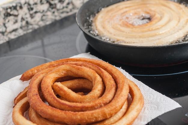 Churros fritos al estilo típico español Foto Premium