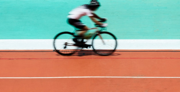 Ciclista ciclista en un estadio Foto gratis