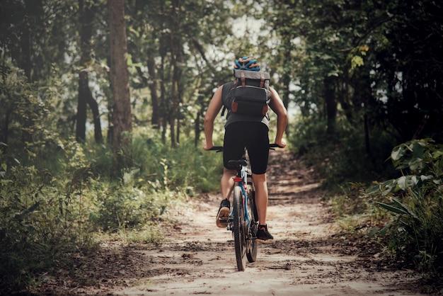 Ciclista en día soleado Foto gratis