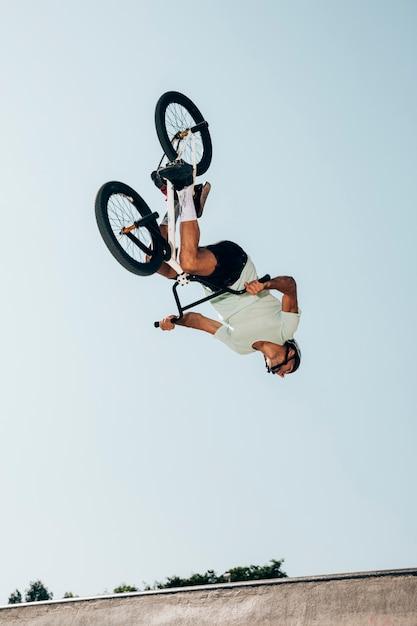 Ciclista extremo que realiza saltos peligrosos Foto gratis