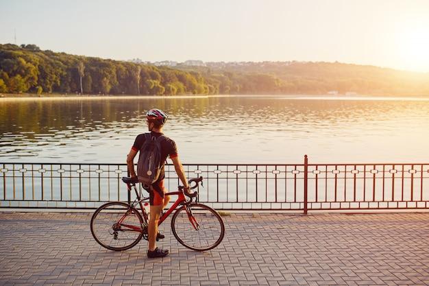 Ciclista joven y enérgico en el parque Foto gratis