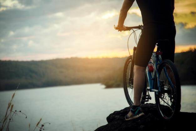Ciclista man racing bike en la montaña Foto gratis