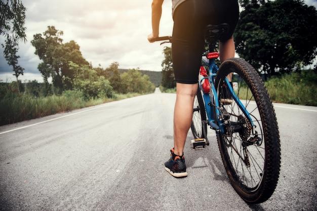 Ciclista man racing bike outdoor Foto gratis