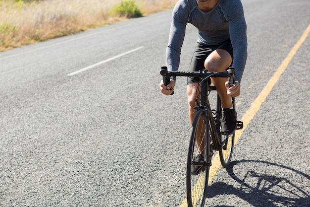 Ciclo de equitación de atleta masculino Foto gratis