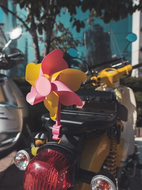Ciclomotor con accesorios en la calle. de cerca Foto Premium