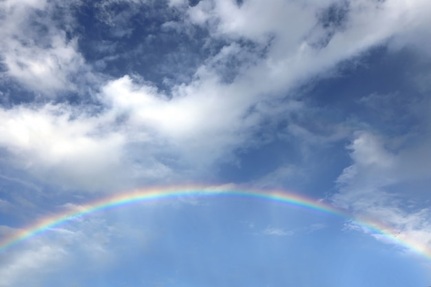 Cielo azul con arco iris Foto Premium