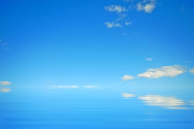 Fotos E Imagenes Cielo Azul Con Nubes: Cielo Azul Con Nubes Reflejado En El Agua