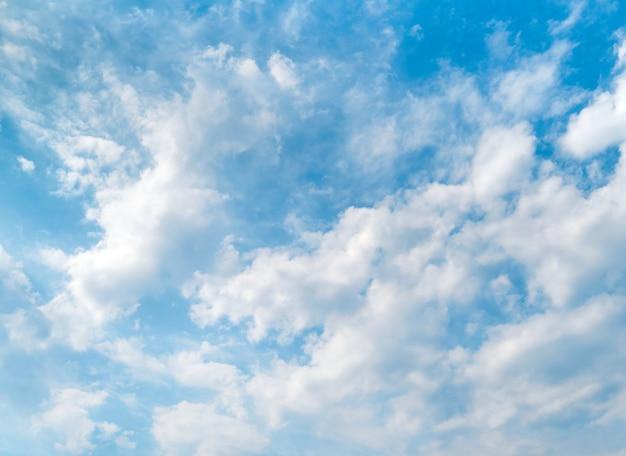 Cielo azul y hermosas nubes blancas. Foto Premium