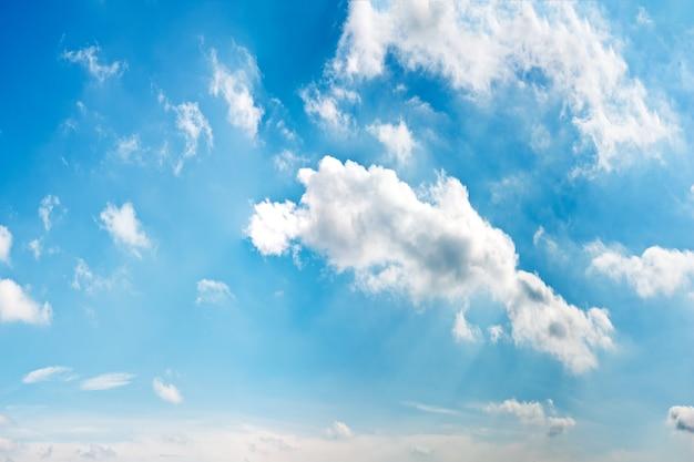 https://image.freepik.com/foto-gratis/cielo-azul-nublado_1112-236.jpg