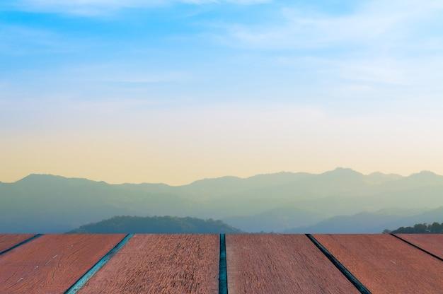 Cielo azul con paisaje y piso de madera, fondo Foto Premium